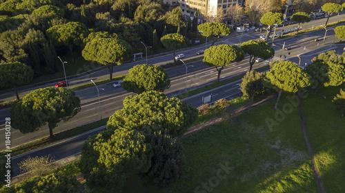Tuinposter Rome Vista aerea di un tratto della via Cristoforo Colombo a Roma, in Italia. Ci sono delle macchine su entrambe le corsie di marcia.