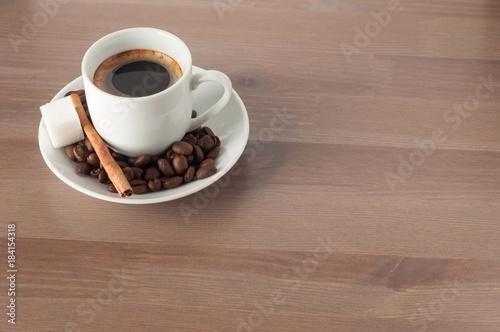 Plexiglas Koffiebonen Чашка с кофе стоящая на столе