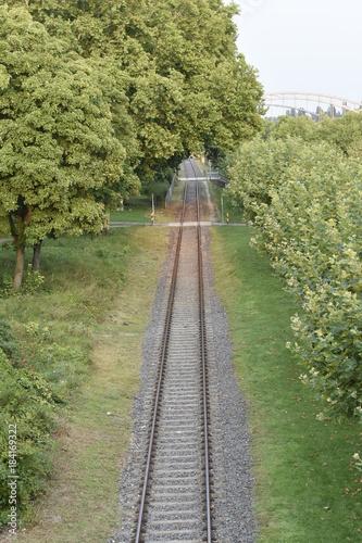 Foto op Plexiglas Spoorlijn Bahngleis auf dem Mainufer Promenade Frankfurt - Germany