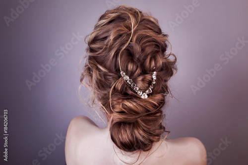 Plexiglas Kapsalon Model blonde Woman with perfect hairstyle and creative hair-dress, back view.