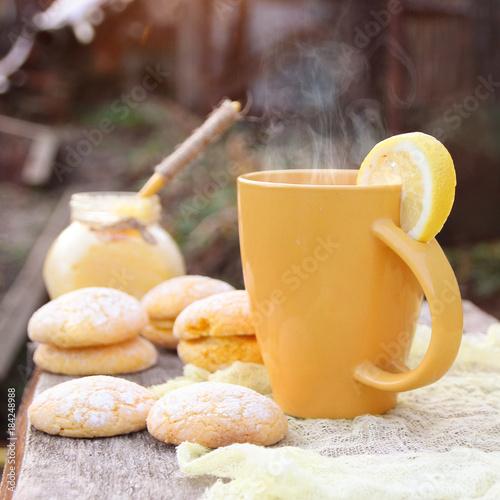 Papiers peints The hot lemon tea and sweet lemon biscuits.