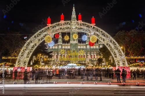 Fotobehang Wenen Wiener Christkindlmarkt mit Blick auf das Rathaus