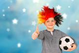 Junge mit Deutschland-Perücke und Fußball - 184318995