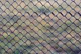 Железная текстура из старой ржавой сетки ограждения в заборе на улице - 184328307