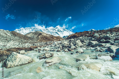 Plexiglas Bergrivier Himalayan landscape with mountains, forest and a mountain river on trek on Everest base camp