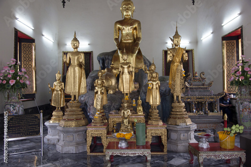 Foto op Canvas Bangkok Buddhastatuen im Tempel in Bangkok