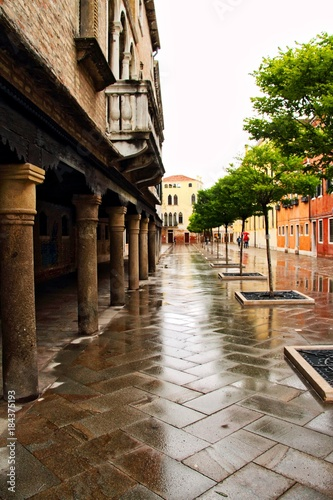 Staande foto Smal steegje Venice Street in the Rain