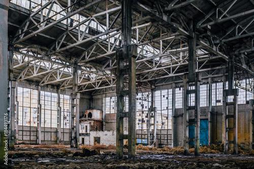 Aluminium Oude verlaten gebouwen Rotten abandoned large industrial hall with garbage. Voronezh excavator factory