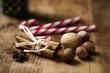 Zuckerstangen, Zimtstangen und Nüsse