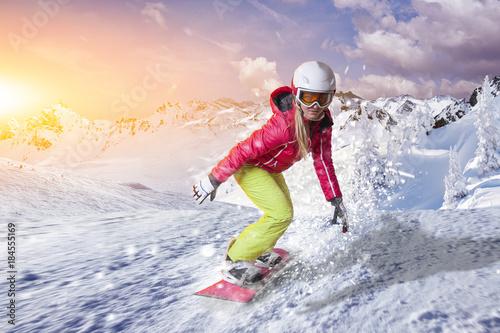fototapeta na ścianę Snowboardfahrerin gleitet durch den Pulverschnee in den Dolomiten