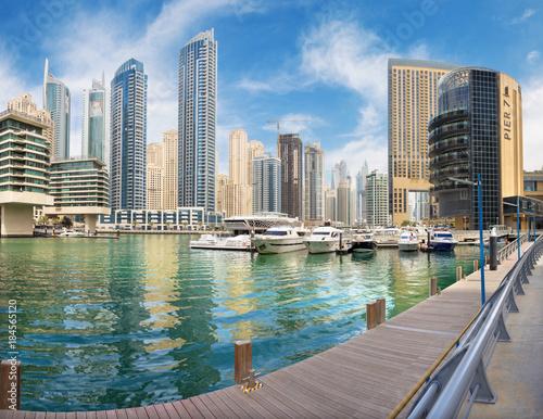 Plagát DUBAI, UAE - MARCH 22, 2017: The promenade of Marina and yachts.