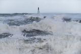 Bei Sturm brechen grosse Wellen an einer Mole in der Dänischen Nordseeeine Mole