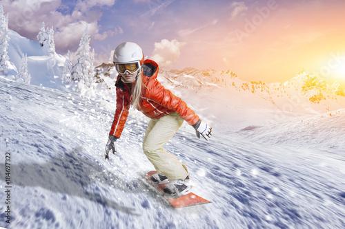 mata magnetyczna Snowboardfahrerin gleitet durch den Pulverschnee
