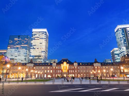 Foto op Canvas Donkerblauw 東京駅 丸の内駅前広場