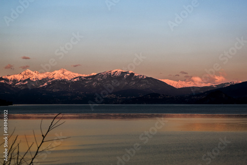 Staande foto Stockholm Lago con montagne innevate