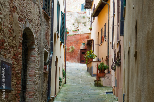 Poster Smal steegje Montepuliciano old city characteristic medieval narrow street, Tuscany, Italy