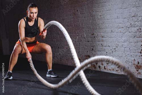 Kobiety szkolenie z batalistyczną arkaną w krzyżu dysponowanym gym
