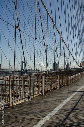 Tuinposter Brooklyn Bridge View of the Manhattan Bridge from the Brooklyn Bridge bike Lane