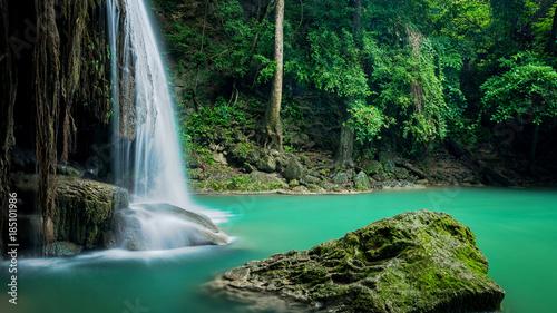 Piękna zielona siklawa przy głębokim lasem, Erawan siklawa lokalizował Kanchanaburi prowincję, Tajlandia