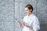 タブレットPCを持つ白衣の若い女性 - 185146985