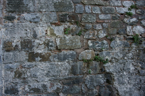 In de dag Stenen Castle wall constructed with different shaped stone bricks