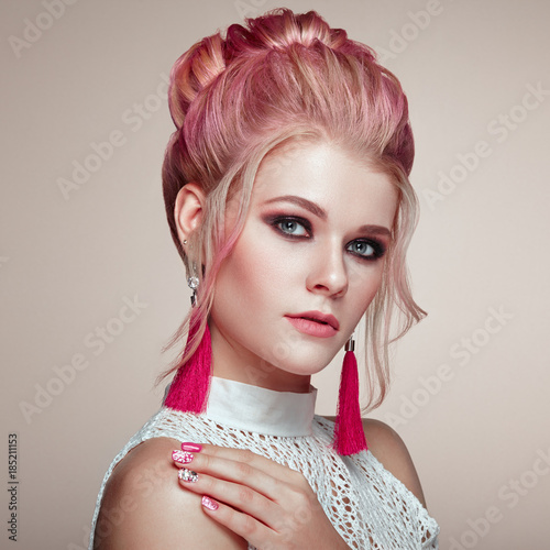 Aluminium Kapsalon Blonde Girl with Elegant and shiny Hairstyle. Beautiful Model Woman with Curly Hairstyle. Care and Beauty Hair products. Perfect Make-Up
