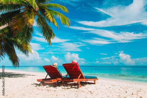 Dwa leżaki na tropikalne wakacje