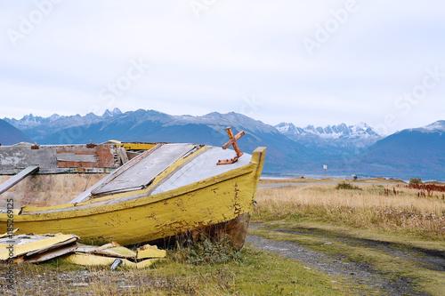 Foto op Plexiglas Schipbreuk Boat abandoned ashore.