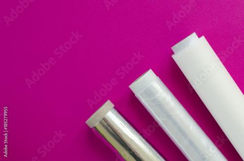 Folia z tworzywa sztucznego, folia aluminiowa, pergamin na różowym tle