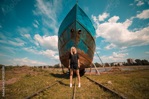 Tuinposter Groen blauw Girl in front of a ship