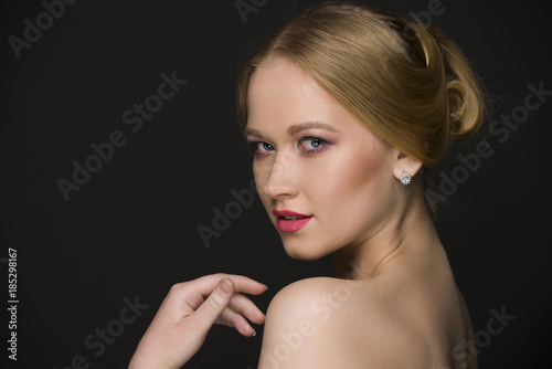Foto op Plexiglas Kiev girl with short hairstyle posing in studio