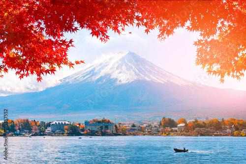 Foto op Plexiglas Lichtroze Autumn at Fuji mountain in Japan..
