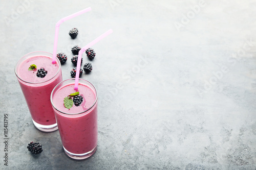 Aluminium Milkshake Blackberries ?ogurt in glasses on grey wooden table
