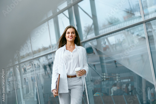 Foto Murales Beautiful Woman Going To Work With Coffee