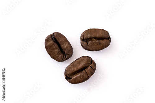 Papiers peints Café en grains Close up coffee beans isolated on white background. Top view copyspace