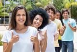 Sympathische Jugendliche in einer Reihe zeigen Daumen hoch - 185505746