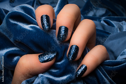 Foto op Canvas Manicure blue glittered nails