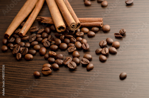 Deurstickers Koffiebonen sticks of cinnamon, coffee beans