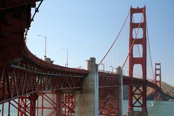 Golden Gate Bridge aus einer ungewöhnlichen Persketive vo einem der Fundamente aus fotografiert .Where: San Francisco, USA.When: 09.07.2016.