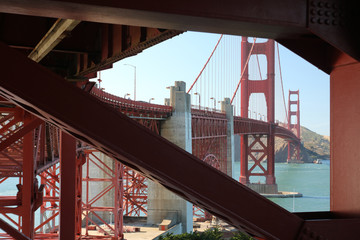 Blick auf die Golden Gate Bridge durch einen Basispfeilerhindurch.Where: San Francisco, USA.When: 09.07.2016.
