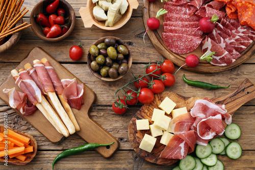Antipasto Italiano su tavolo rustico