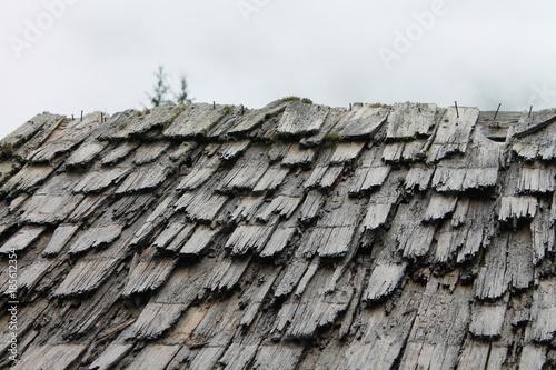 In de dag Stenen wooden old rotten roof shingles