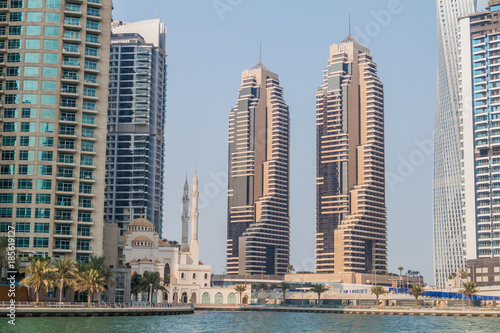 Deurstickers Dubai View of Dubai Marina and Mohammed Bin Ahmed Almulla Mosque, United Arab Emirates