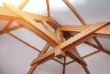 intérieur maison toit pentu charpente poutre en bois - 185661393