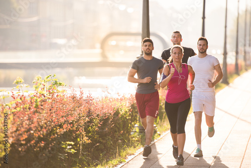 In de dag Jogging group of young people jogging in the city