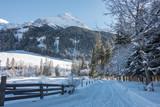 verschneiter Winter Wanderweg  - 185753929