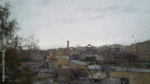 guardare da dietro la finestra mentre fuori piove