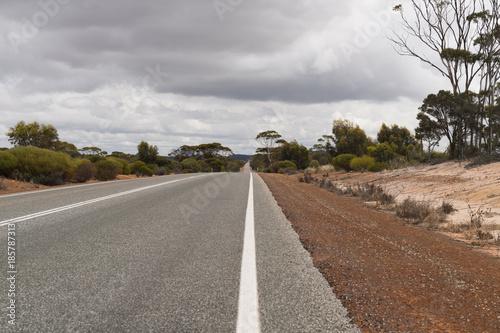 Foto op Aluminium Cappuccino Leere Straße mit rotem Sand auf dem Seitenstreifen im Outback von West-Australien