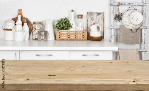 Brown drewniany tekstura stół nad zamazanym wizerunkiem kuchenna ławka