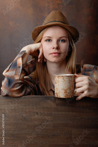 Fotobehang Koffiebonen Young woman with coffee mug .